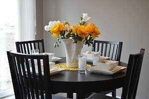 Dekorera runda bord med blommor i mitten
